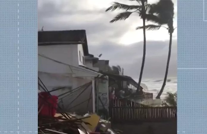 Marinha emite alerta de ressaca com previsão de ondas de até 3,5 metros em Caravelas — Foto: Reprodução / TV Bahia