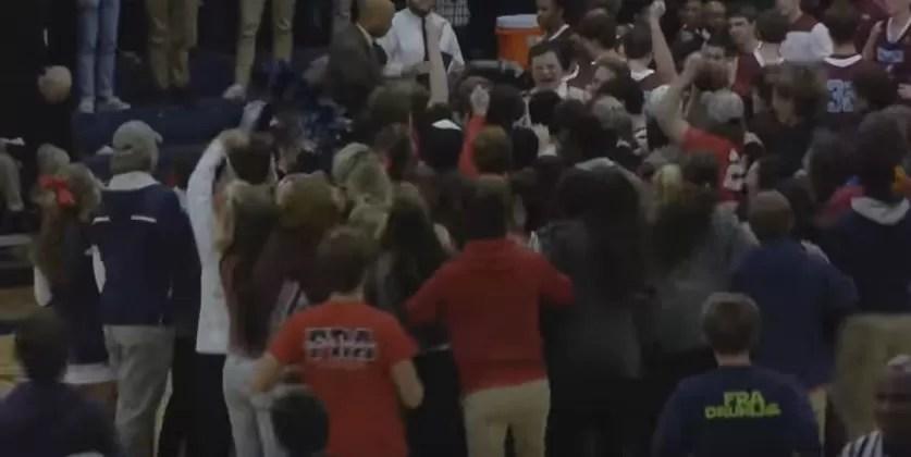 Jovem com síndrome de down faz cesta de três pontos e sai ovacionado (Foto: reprodução)
