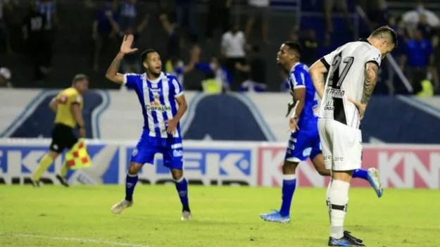 Iury Castilho comemora o primeiro gol do CSA