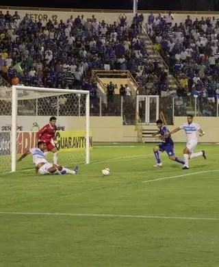 Confiança apresenta maior volume de jogo no primeiro tempo (Foto: Luciano Otávio)