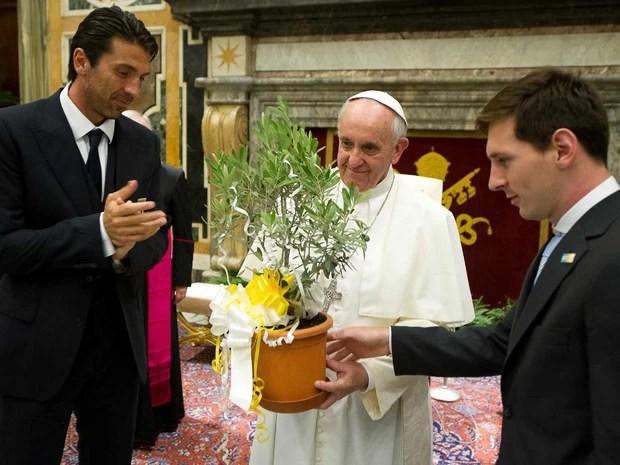 O Papa Francisco recebe no Vaticano jogadores das seleções de futebol da Argentina e da Itália, entre eles o argentino Lionel Messi (dir.) e o goleiro italiano Gianluigi Buffon. (Foto: AP/Osservatore Romano)