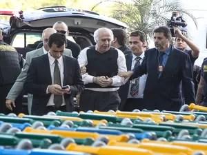O ex-médico Roger Abdelmassih (c), de 70 anos, que foi recapturado na cidade de Assunção, no Paraguai, chega ao Aeroporto de Congonhas, na zona sul de São Paulo, na tarde desta quarta-feira, 20. Ele passa por exames de corpo delito e, depois, deve seguir  (Foto: Foto: WILLIAM VOLCOV/BRAZIL PHOTO PRESS/ESTADÃO CONTEÚDO)