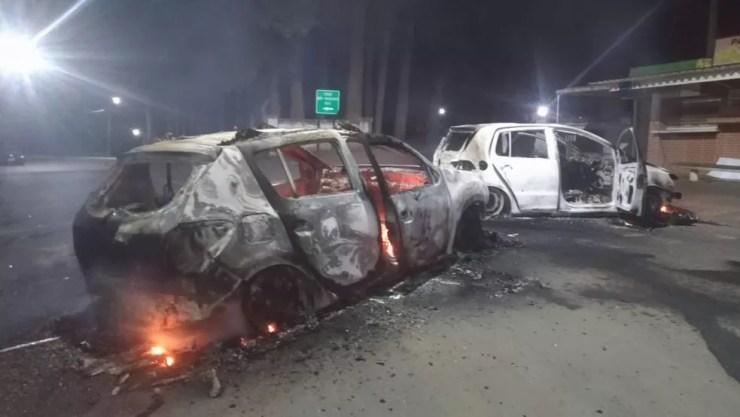 Veículos foram incendiados em estradas que dão acesso a Penitenciária de Piraquara — Foto: RPC/Divulgação