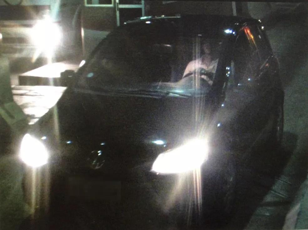 Suspeito flagrado por câmera de pedágio dirigindo o carro da vítima (Foto: Reprodução)