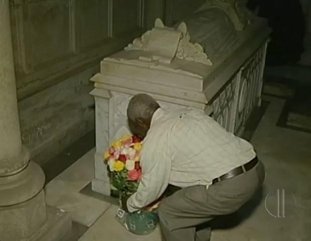 João Paulino depositou 127 flores no túmulo de princesa Isabel (Foto: Reprodução/ Inter TV)