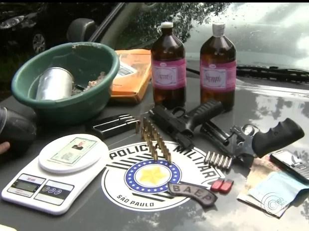 Foram apreendidas armas, drogas e dinheiro (Foto: Reprodução/TV Tem)