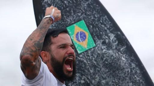 Italo Ferreira celebra medalha de ouro nas Olimpíadas — Foto: REUTERS/Lisi Niesner
