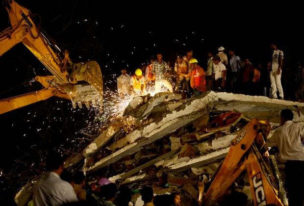 Máquinas ajudam no resgate (Foto: Rafiq Maqbool/AP)
