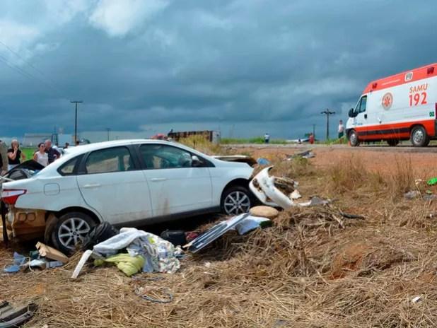 Segundo a PRF, a condutora do carro perdeu o controle da direção do veículo, invadiu a pista contrária e ocasionou a colisão de frente (Foto: Jeferson Carlos/G1)