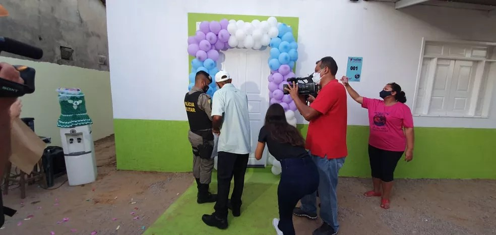 Manoel estava morando de favor e agora recebeu a casa nova após as doações  — Foto: Andryo Amaral/Rede Amazônica Acre