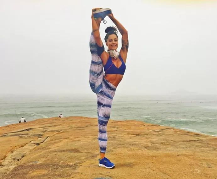 Aline Riscado mostra que ainda está com a flexibilidade em dia (Foto: Arquivo Pessoal)