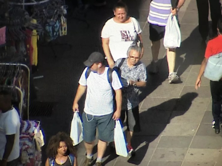 Imagens de câmera do alto de um prédio flagram o momento que Paulo furta o celular, acompanhado de Nara ao fundo (Foto: reprodução/RBS TV)