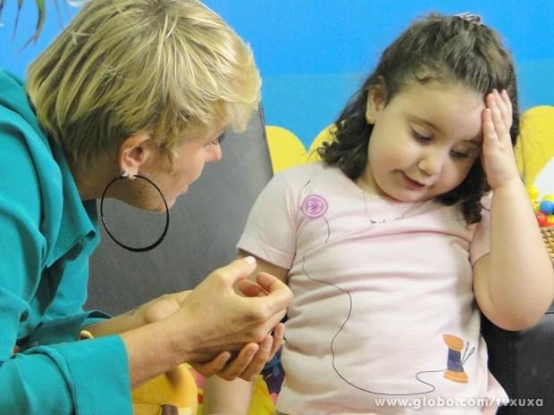 Xuxa brinca com criança do quadro Meu Baixinho é 10 (Foto: TV Xuxa / TV Globo)