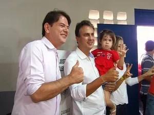 Camilo Santana vota ao lado de Cid Gomes e familiares (Foto: TV Verdes Mares Cariri/Reprodução)