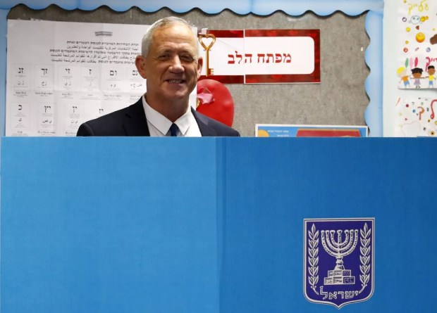 Benny Gantz, um dos líderes da aliança política Azul e Branco (Kahol Lavan), vota nas eleições legislativas de Israel nesta terça-feira (9)  — Foto: Jack Guez / AFP