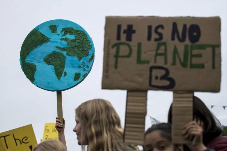 """Manifestante segura cartaz com os dizeres """"Não há planeta B"""" durante protesto pelo clima em Estocolmo, na Suécia. — Foto: Jonathan Nackstrands / AFP"""