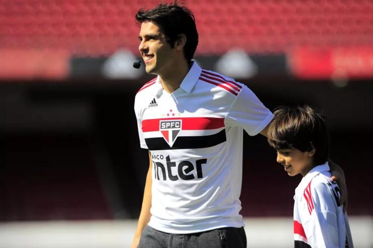 Kaka ao lado do filho na apresentação da nova camisa do São Paulo (Foto: Marcos Ribolli)