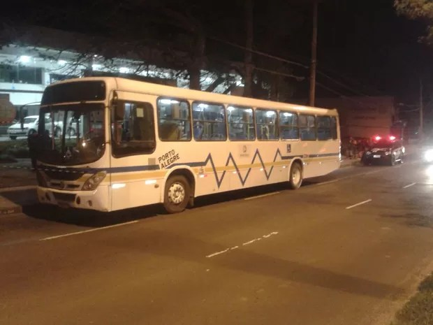 Ônibus foi alvo de assalto no bairro Cavalhada, na Zona Sul de Porto Alegre (Foto: Edmilson Antunes/RBS TV)
