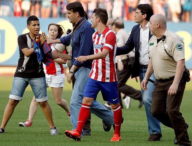 David Villa apresentado no Atletico de Madri torcedor camisa Barcelona (Foto: AP)