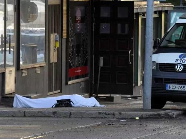 Corpo coberto com um lençol. Vítima seria uma mulher. (Foto: Lehtikuva / Sari Gustafsson / AP Photo)