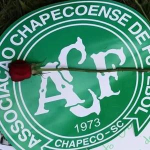 rosa_NYD56qL 30 dias da tragédia: há 1 mês, mundo chorava e se unia pela Chapecoense