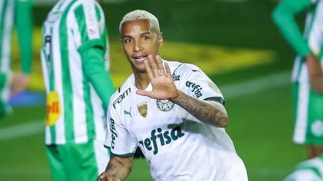 Deyverson comemora gol do Palmeiras contra o Juventude