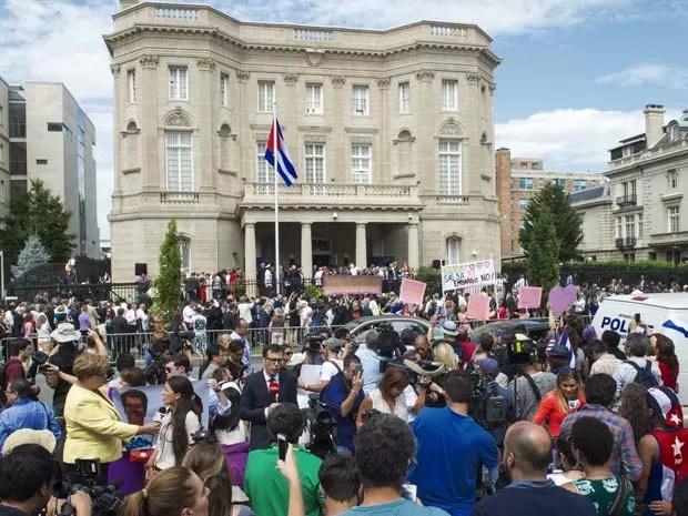 Espectadores acompanham abertura da embaixada cubana em Washington (Foto: AFP PHOTO /PAUL J. RICHARDS)