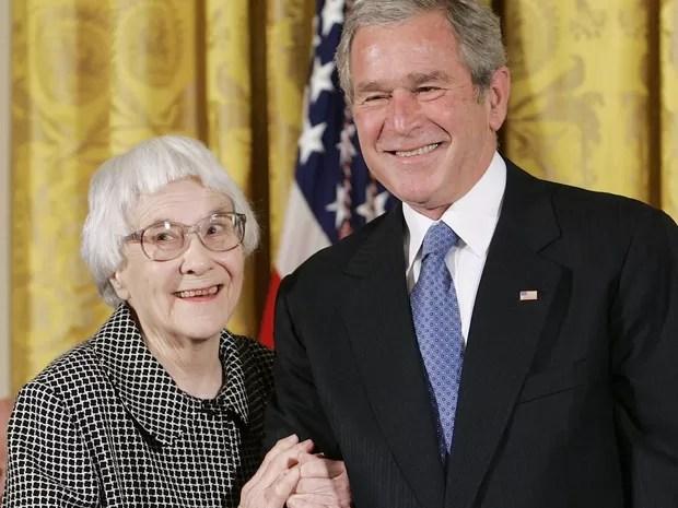 Em 2007, Harper Lee recebeu a medalha presidencial da liberdade das mãos do ex-presidente George W. Bush (Foto: REUTERS/Larry Downing/Files)