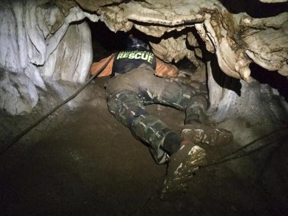 Foto divulgada pelo Departamento de Parques Nacionais da Tailândia mostra socorrista procurando por entrada alternativa em caverna em que jovens e treinador estão presos em Mae Sai, na Tailândia (Foto: Thailand Department of National Parks and Wildlife via AP)