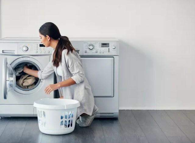 Limpar a máquina de lavar roupa é fundamental para evitar a proliferação de bactérias (Foto: Getty Images)
