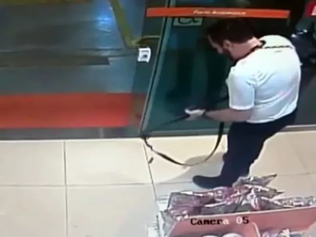 Delegado atira dentro de loja de conveniência em Campinas (Foto: Reprodução / EPTV)