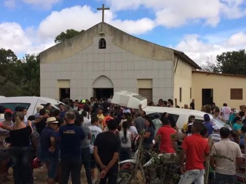 Velório de família assassinada é realizado em Caruaru (Foto: Amanda Dantas/TV Asa Branca)