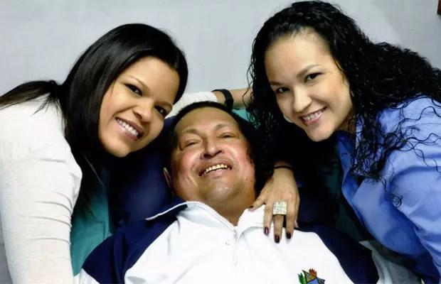 Imagem mostra Chávez ao lado das filhas em Cuba (Foto: Divulgação)