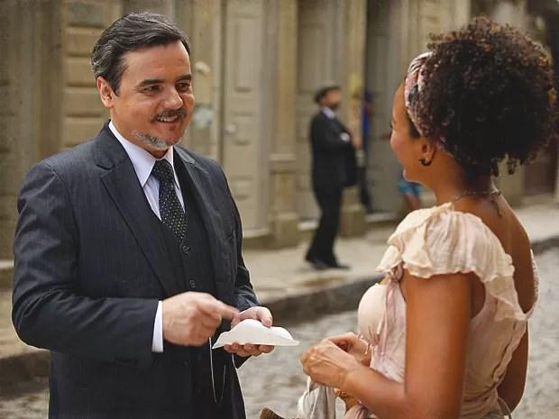 Bonifácio fica impressionado com a beleza da moça (Foto: Lado a Lado / TV Globo)
