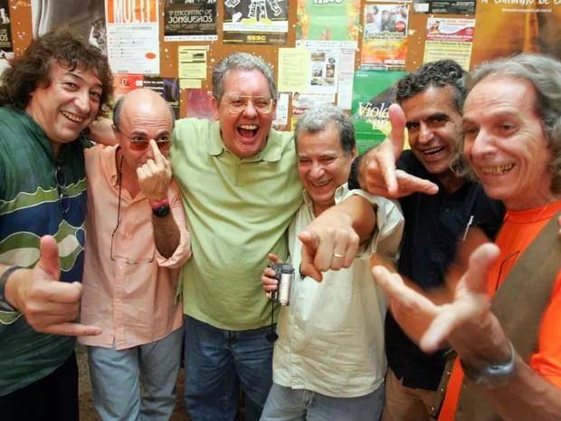 Imagem de integrantes do movimento musical mineiro Clube da Esquina posam no Bar Hipódromo, na Gávea, zona sul do Rio de Janeiro. (e/d) Na foto, Toninho Horta, Nelson Angelo, Fernando Brant, Márcio Borges, Murilo Antunes e Beto Guedes. (Foto: Fábio Motta/Estadão Conteúdo)