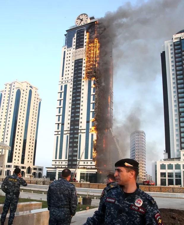 Arranha-céu na Chechênia pega fogo nesta quarta (3) (Foto: Elena Fitkulina/AFP)