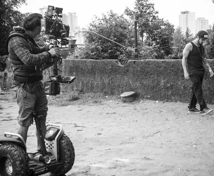Caio Castro é clicado enquanto grava em Paraisópolis (Foto: Raphael Dias/Gshow)