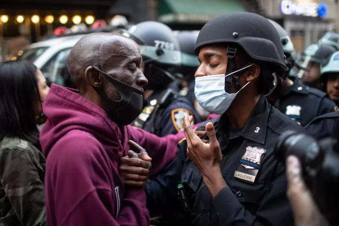 Um manifestante e um policial dão as mãos durante uma manifestação em protesto contra a morte de George Floyd em Nova York, nos EUA, na terça-feira (2) — Foto: Wong Maye-E/AP