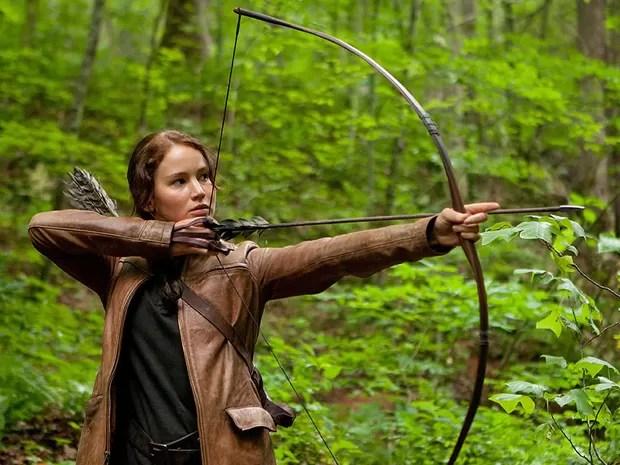 O de Katniss morreu quando ela tinha 11 anos, e desde então ela se tornou a única provedora de sua família. A garota passa boa parte do seu tempo caçando ilegalmente. *jogos vorazes (Foto: Divulgação)