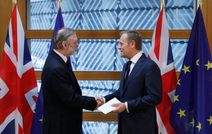 Embaixador britânico na União Europeia, Tim Barrow, entregou carta que inicia a retirada do Reino Unido do bloco ao presidente do Conselho Europeu, Donald Tusk, na manhã desta quarta-feira (29)   (Foto: Yves Herman/ AP)