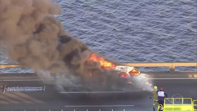 Carro pega fogo na Ponte Rio-Niterói e atrapalha o fluxo de veículos. (Foto: Reprodução/ TV Globo)