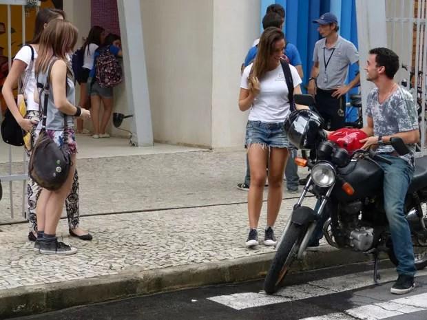 Olha a cara de animadjeeeenha da Nanda! Mal sabe ela que tá se metendo com #VidaLoka (Foto: Malhação / Tv Globo)