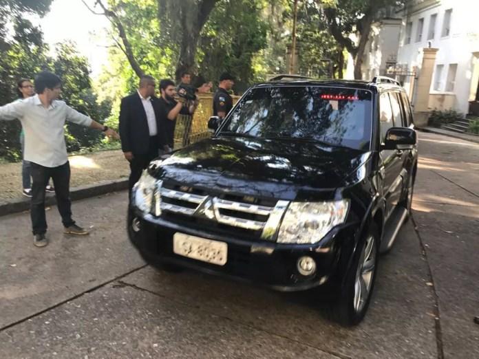 Carro descaracterizado da PF deixa o Palácio Laranjeiras, onde mora Pezão — Foto: Cristina Boeckel/G1