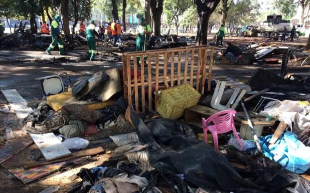 Praça Princesa Isabel estava cheia de pertences de usuários misturados ao lixo, mas dessa vez, incendiado (Foto: Vivian Reis/G1)