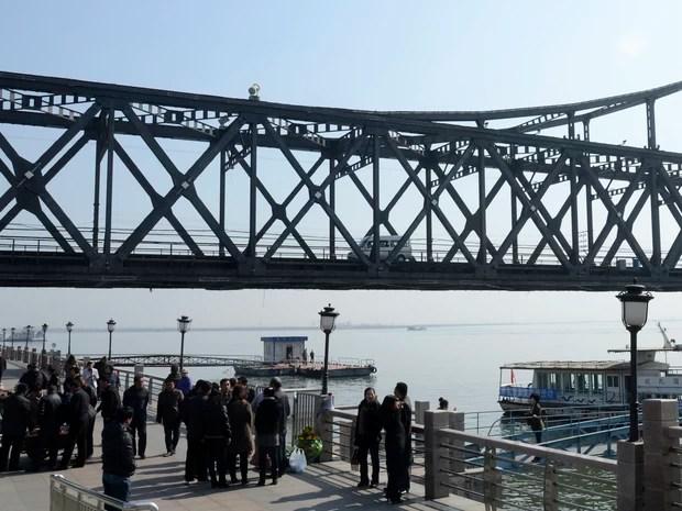 Carro cruza ponte entre as fronteiras da China com a Coreia do Norte nesta quarta-feira (10). Governo chinês disse que a fronteira foi fechada para turistas. (Foto: Wang Zhao / AFP )