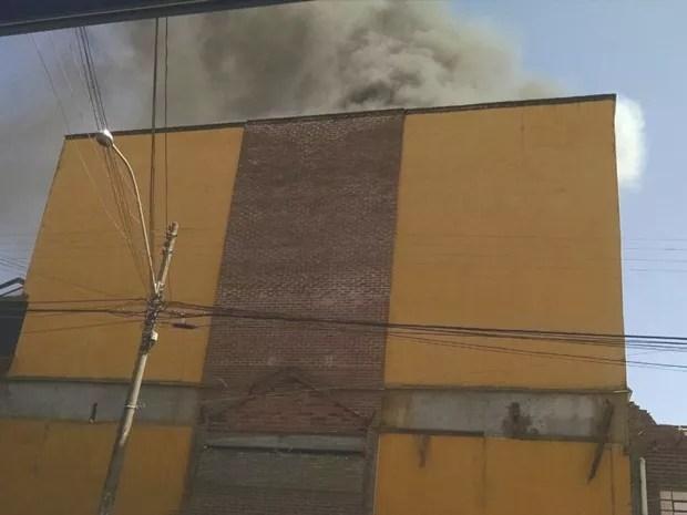 Fogo atingiu sala de cinema do antigo shopping da cidade (Foto: Cedida/Orlando Júnior)