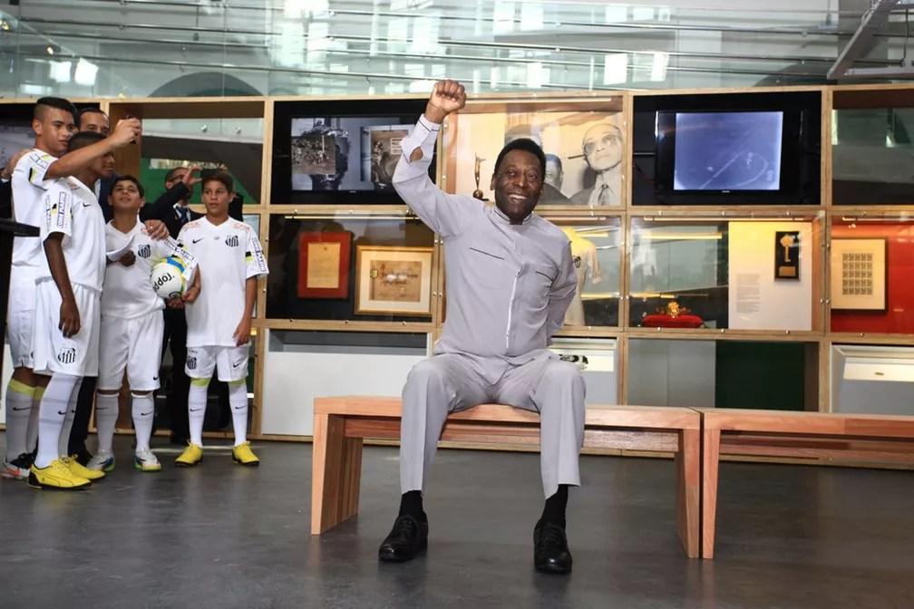O pequeno Kaio Jorge (último da direita), aos 12 anos, ao lado do Rei na inauguração do Museu Pelé — Foto: Divulgação/Santos FC