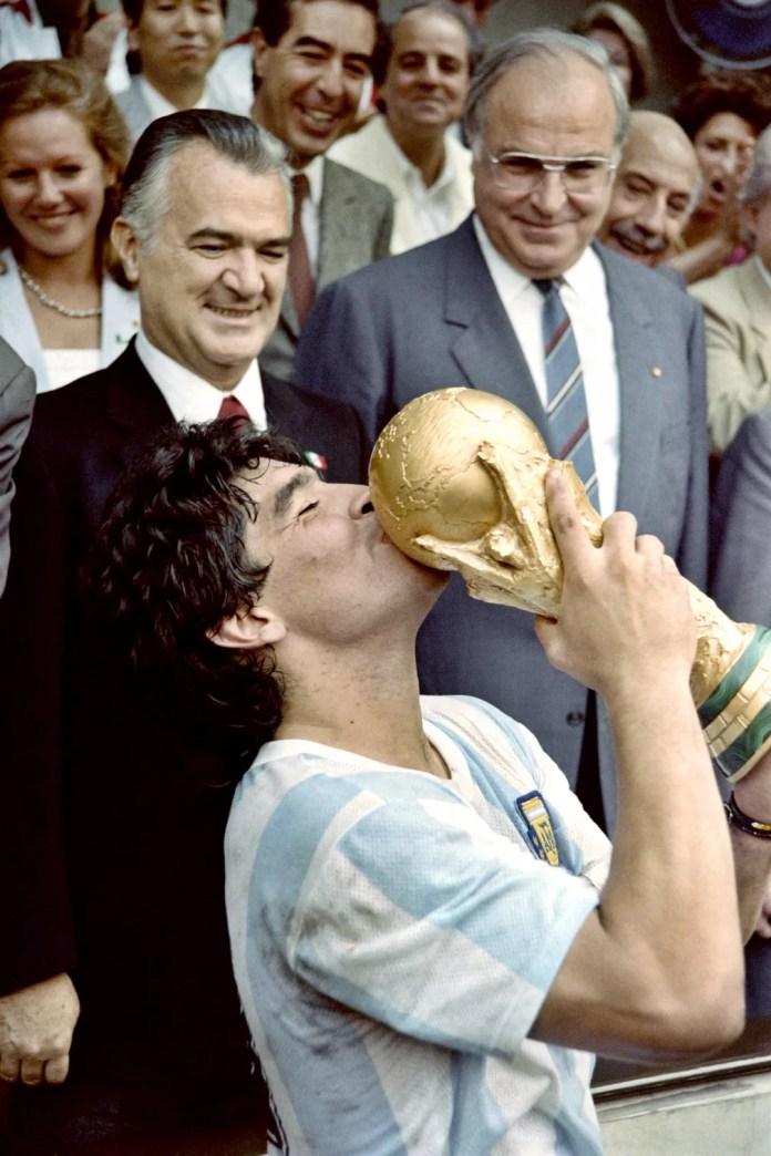Maradona beija a taça da Copa do Mundo após a vitória da Argentina sobre a Alemanha Ocidental, em 1986, no México — Foto: AFP