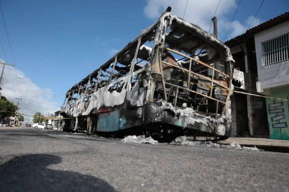 Ônibus incendiado em Fortaleza em janeiro; o estado sofreu uma série de ataques de facções no início deste ano — Foto: José Leomar/SVM