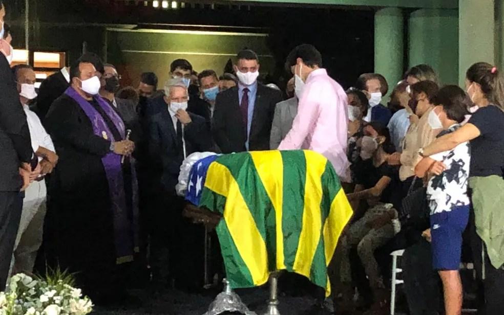 Daniel Vilela se despede do pai, Maguito Vilela, no Palácio das Esmeraldas, em Goiânia — Foto: Gabriel Garcia/TV Anhanguera